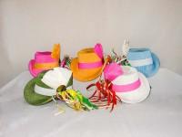 Damenreiterhütchen in verschiedenen Farben mit bunten Bändern