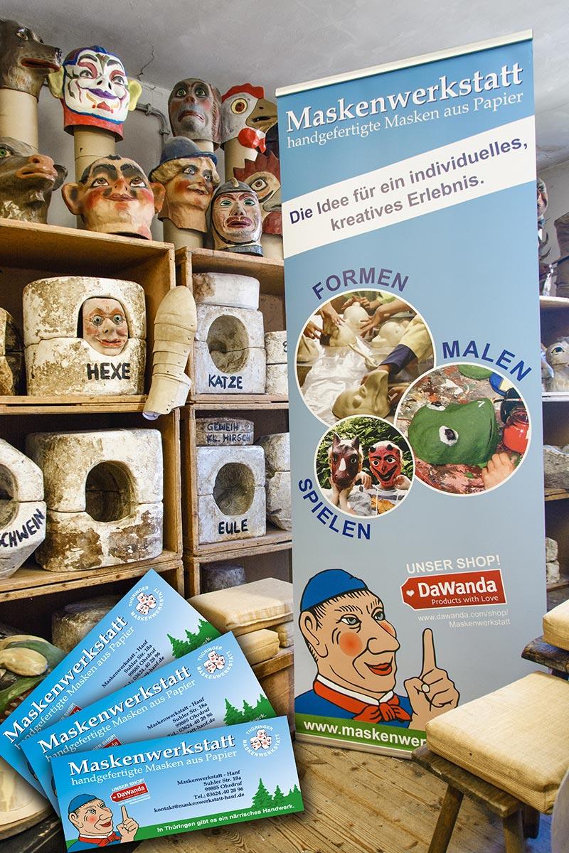 Maskenwerkstatt Räumlichkeiten mit verschiedenen Masken